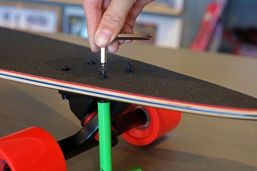 como cuidar do skate ajuste os parafusos
