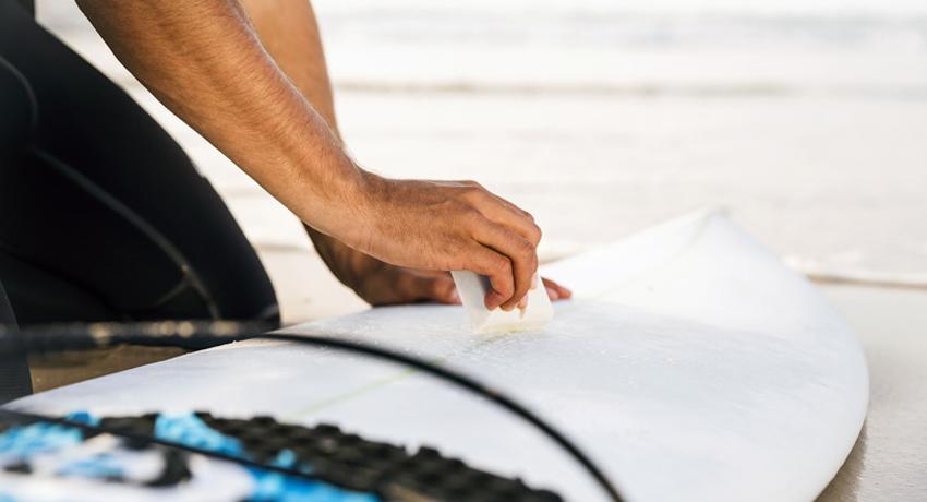 Parafina pode ser a melhor amiga de quem decide ir praticar surf no frio!